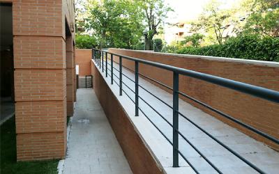 Rampas en zonas comunes de edificios, pendientes máximas.