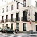 Calle con edificio rehabilitado